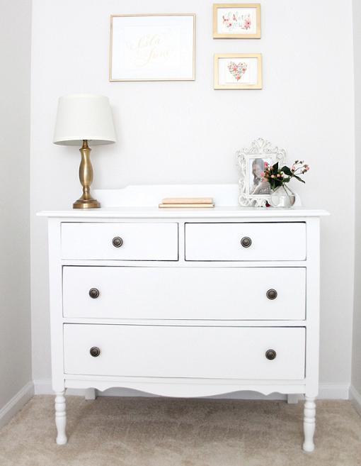 Decoraci n habitaci n beb en color blanco unacasabonita - Cajoneras pequenas ...