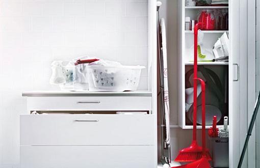 En busca del armario escobero perfecto para guardar tus for Mueble escobero conforama
