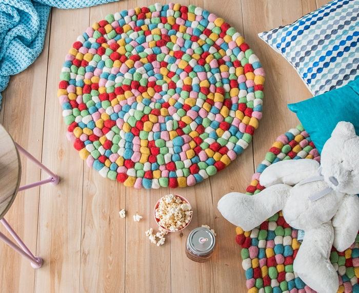 cómo hacer alfombra de pompones