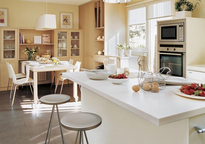 cocinas con isla y mesa separada